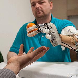 Una mano robótica da tacto a un hombre amputado