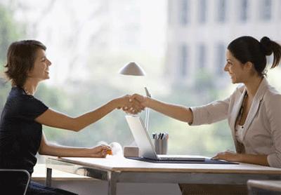 Facilitamos el encuentro entre el reclutador y el profesional interesado.
